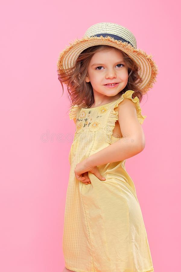 Zamyka w górę portreta Piękna dziewczyna w koloru żółtego smokingowym i słomianym kapeluszu zdjęcia stock
