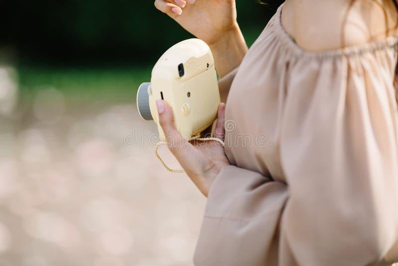 Zamyka w górę portreta piękna kobieta z nstax kamerą zdjęcie stock