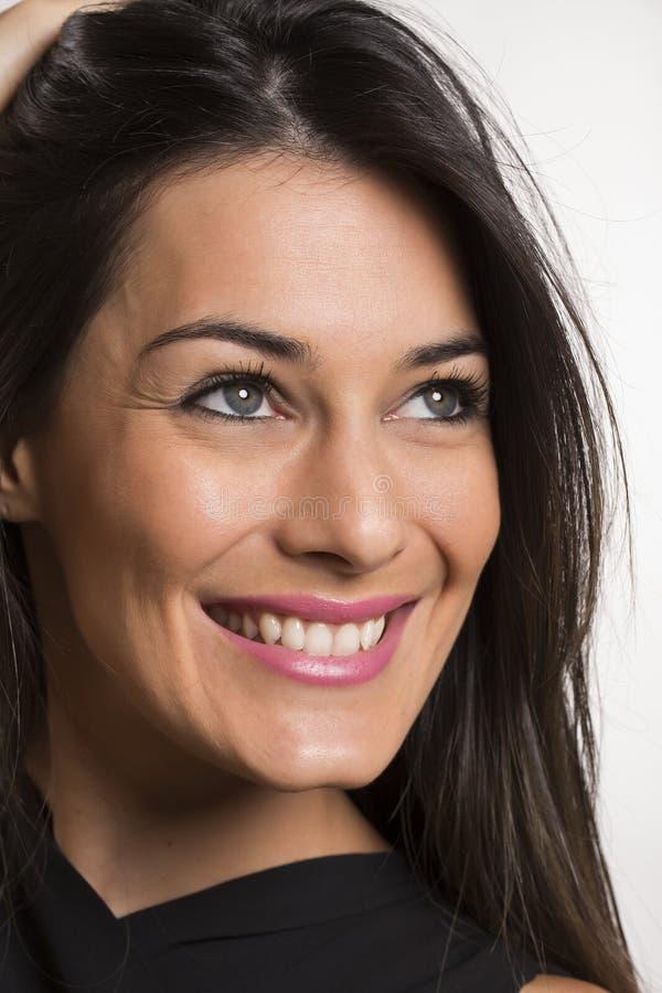 Zamyka w górę portreta piękna młoda szczęśliwa uśmiechnięta kobieta zdjęcie stock