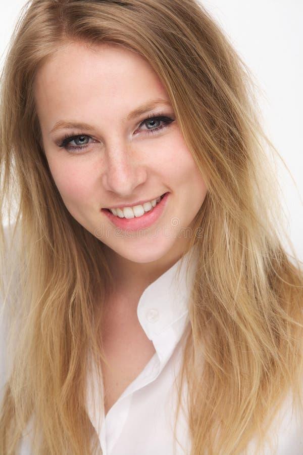 Zamyka w górę portreta piękny młody blond kobiety ono uśmiecha się fotografia stock