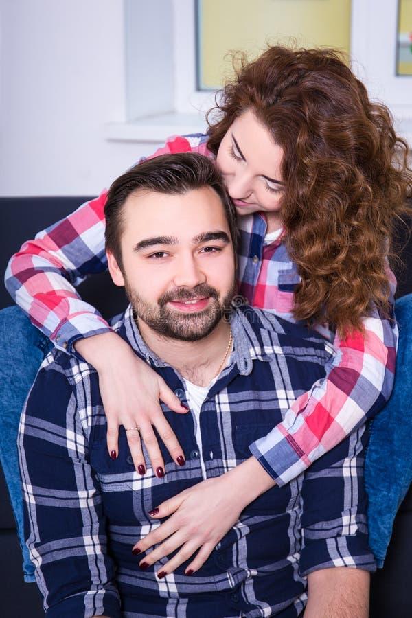 Zamyka w górę portreta piękny pary obsiadanie na kanapie obraz royalty free