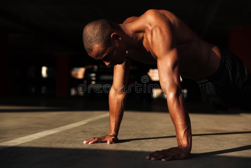 Zamyka w górę portreta przyrodni nagi mięśniowy sprawność fizyczna mężczyzna obrazy stock