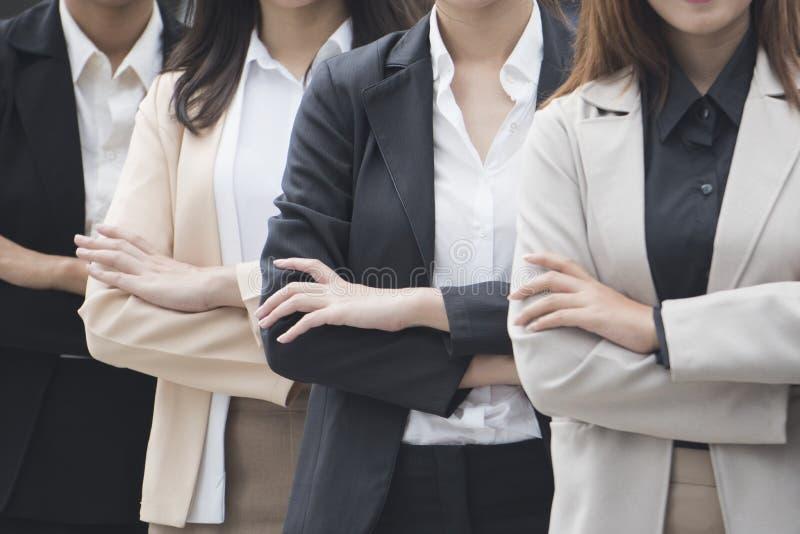 Zamyka w górę portreta rozochoceni bizneswomany z ręki składającą pozycją wewnątrz zdjęcia stock