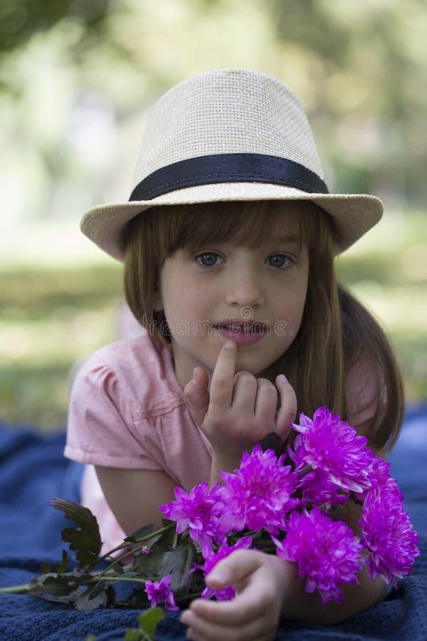 Zamyka w górę portreta słodka mała dziewczynka z dużymi niebieskimi oczami, dowcip obrazy stock