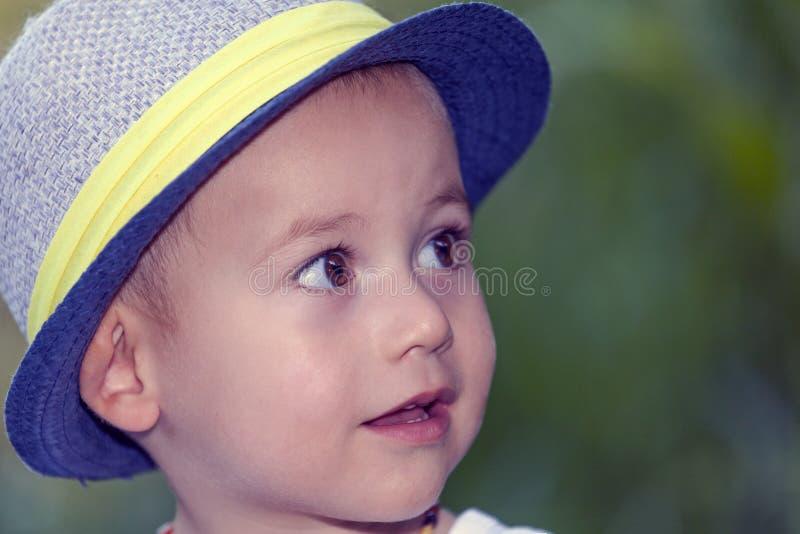 Zamyka w górę portreta słodka mała uśmiechnięta chłopiec z kapeluszem zdjęcia stock