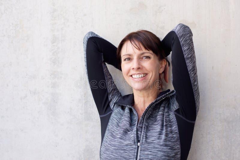 Zamyka w górę portreta stary sport kobiety ono uśmiecha się obrazy stock