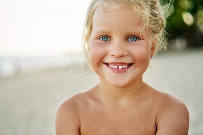 Zamyka w górę portreta szczęśliwa śliczna mała dziewczynka zdjęcia royalty free