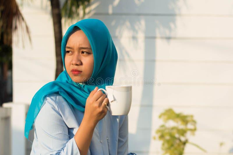 Zamyka w górę portreta szczęśliwe strzału dwa hijab kobiety pije herbaty przed domem zdjęcie stock