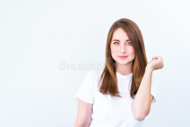 Zamyka w górę portreta Szczęśliwej brunetki caucasian uśmiechnięta młoda kobieta patrzeje kamerę i pozować odizolowywający nad bi zdjęcie royalty free