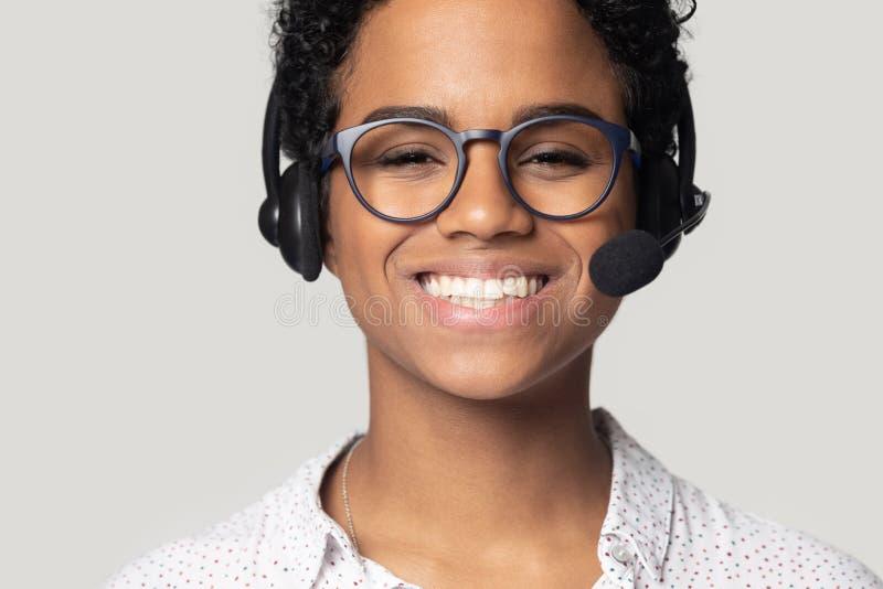 Zamyka w górę portreta szczęśliwy biracial żeński centrum telefoniczne agent zdjęcia royalty free