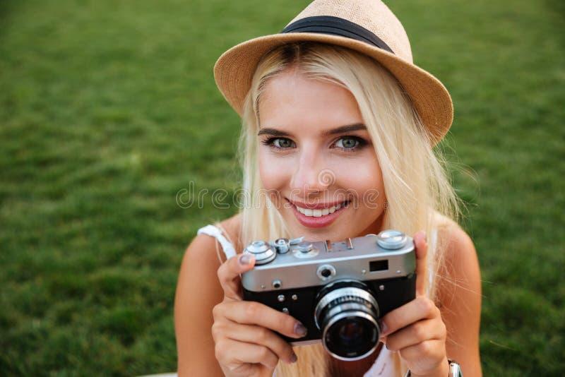 Zamyka w górę portreta uśmiechnięta dziewczyna z retro kamerą zdjęcie stock
