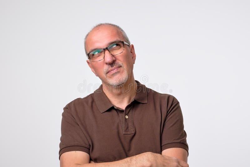 Zamyka w górę portreta zadumany dorośleć mężczyzna w brown koszulce zdjęcia royalty free