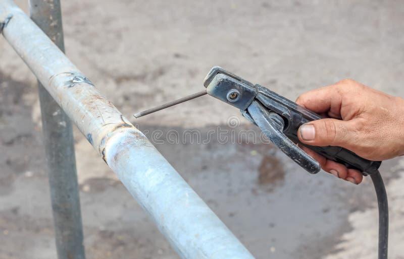 Zamyka w górę pracownika budowlanego używa spaw drymba obraz stock