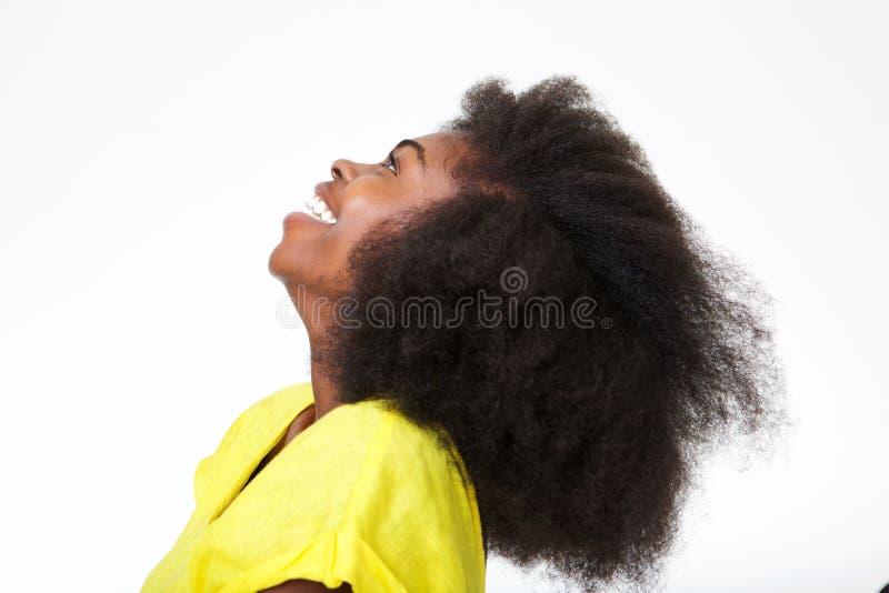 Zamyka w górę profilowego portreta atrakcyjna młoda murzynka z afro włosiany śmiać się obraz stock