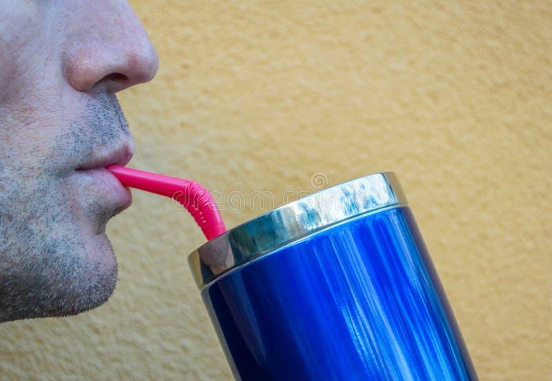 Zamyka w górę profilu mężczyzny popijanie od błękitnej filiżanki obrazy stock