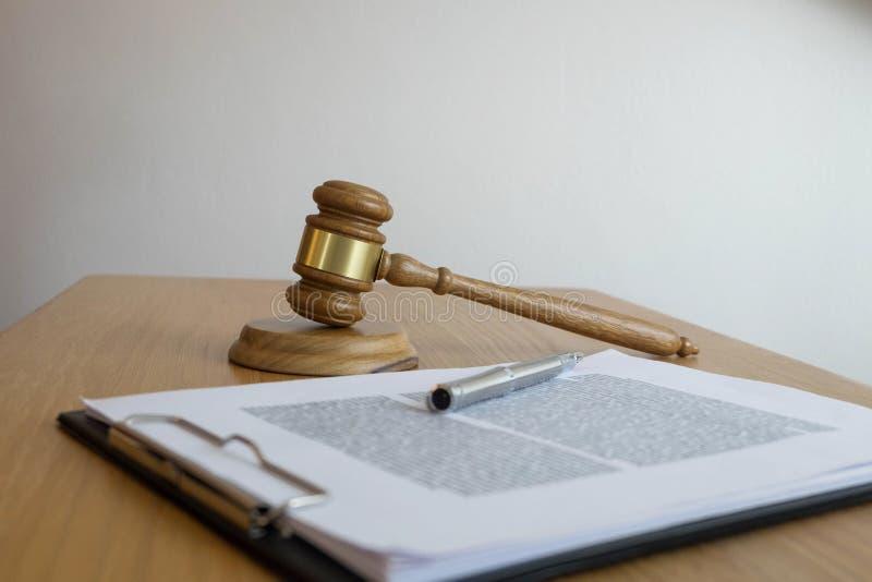 Zamyka w górę przedmiota prawa pojęcia Sądzi młoteczek z sprawiedliwość prawnikami pracuje na stole dokumentami i fotografia stock
