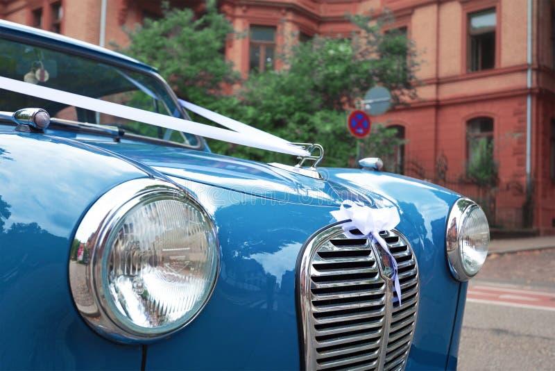 Zamyka w górę przodu błękitny Austin A35 oldtimer samochód z round reflektorami i stać na czele grille parking w mieście fotografia royalty free