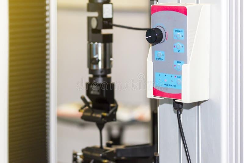 Zamyka w górę pulpit operatora lub pilota dla nowoczesna technologia i dokładności automatyczna tensile siły probiercza maszyna z fotografia stock