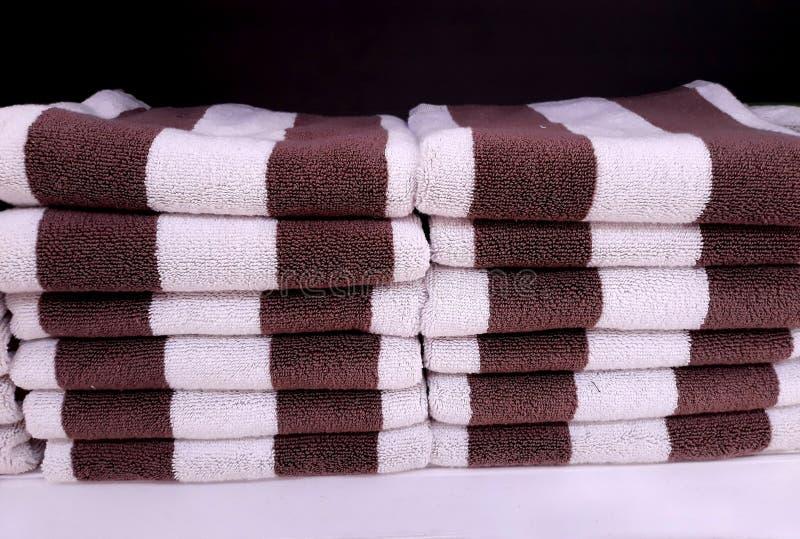 Zamyka w górę ręcznika brogującego na półkach zdjęcia royalty free