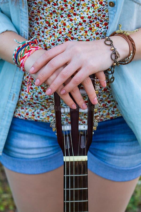 Zamyka w górę ręk dziewczyna z gitarą zdjęcie stock