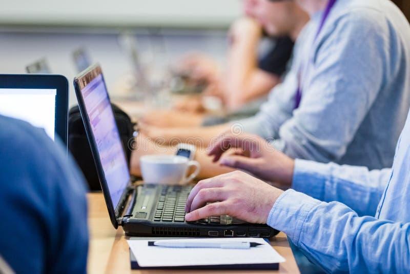 Zamyka w górę ręk na laptopach na biznesowej konferencji lub spotkaniu zdjęcia stock