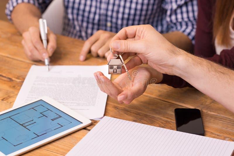Zamyka w górę ręk otrzymywa domowych klucze zdjęcie stock