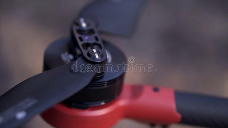 Zamyka w górę ręk rozprzestrzenia czarnych ostrza quadrocopter dla pojęcie uczenie techniki klamerka Przygotowanie dla obraz royalty free