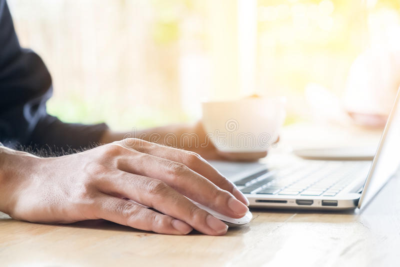 Zamyka w górę ręka biznesowego mężczyzna używa myszy i laptopu zdjęcia royalty free