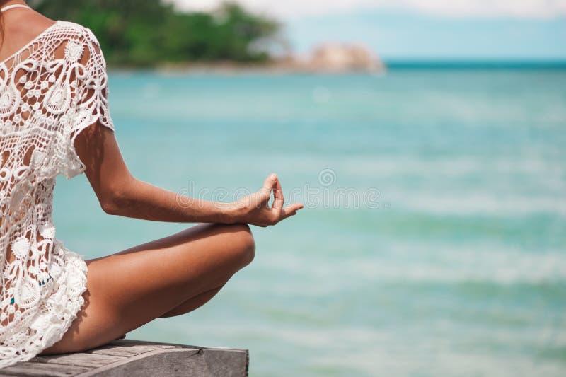 Zamyka w górę ręka gesta Robi Plenerowej Lotosowej joga pozyci kobieta fotografia stock