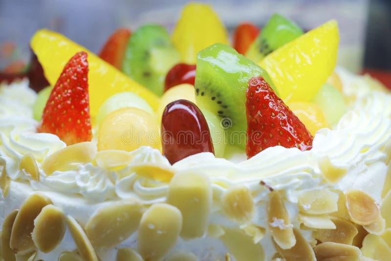 Zamyka w górę rocznicowego owoc torta zdjęcie royalty free