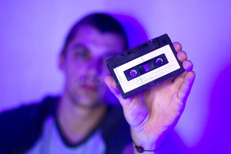 Zamyka w górę rocznik audio kasety w rękach mężczyzna obraz stock