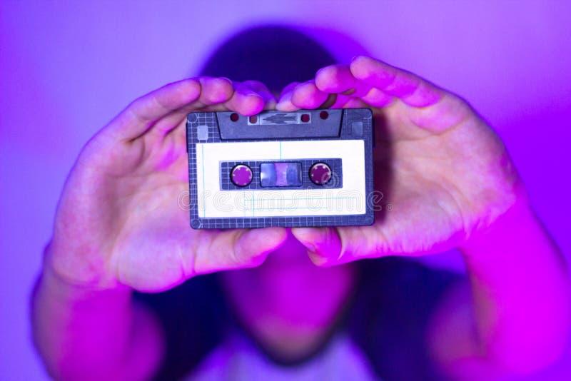 Zamyka w górę rocznik audio kasety w rękach mężczyzna zdjęcia royalty free