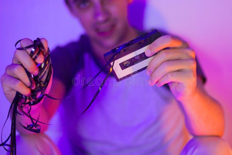 Zamyka w górę rocznik audio kasety w rękach mężczyzna fotografia royalty free