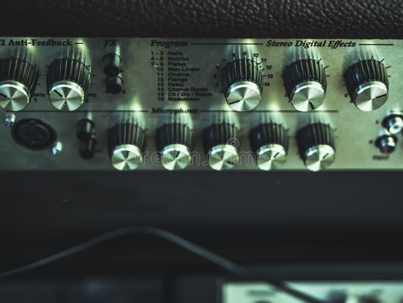 Zamyka w górę rocznika takielunku audio kontrola z gałeczkami, faders obrazy stock