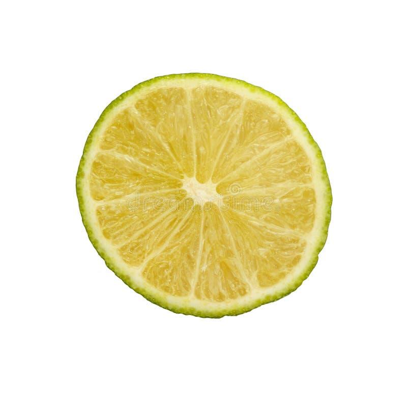 Zamyka w górę round rżniętego plasterka zielony wapno nad bielem obrazy stock