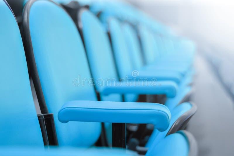 Zamyka w górę rzędu krzesła w sala posiedzeń siedzenia w pustej sala konferencyjnej fotografia stock