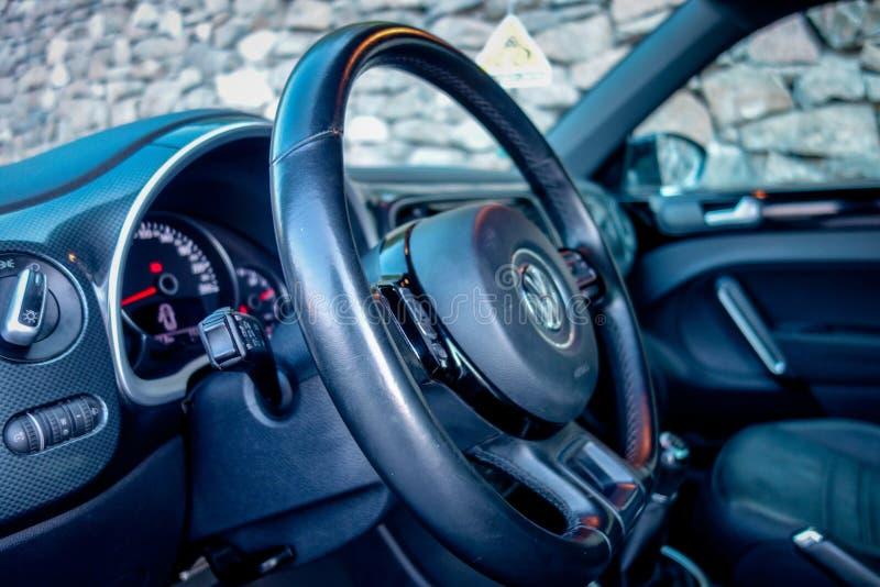 Zamyka w górę rzemiennej kierownicy, instrumentu grono, światła zapina, rejs kontrolna jednostka, kokpit, zdjęcia stock