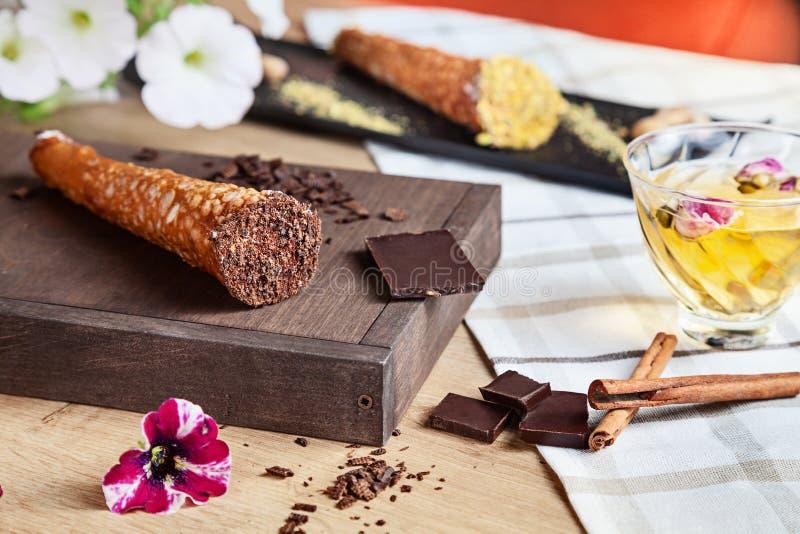 Zamyka w górę słuzyć czekoladowego cannoli na Włoski kuchni ciasto Tradycyjny w?oski deser z ricotta serem Selekcyjna ostro?? zdjęcie stock