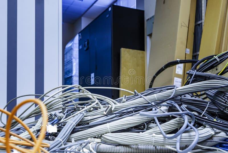 Zamyka w górę sieci, włókna światłowodowego i telefonicznych kabli w dużym centrum danych pokoju, Sieci i telekomunikacji technol obraz stock