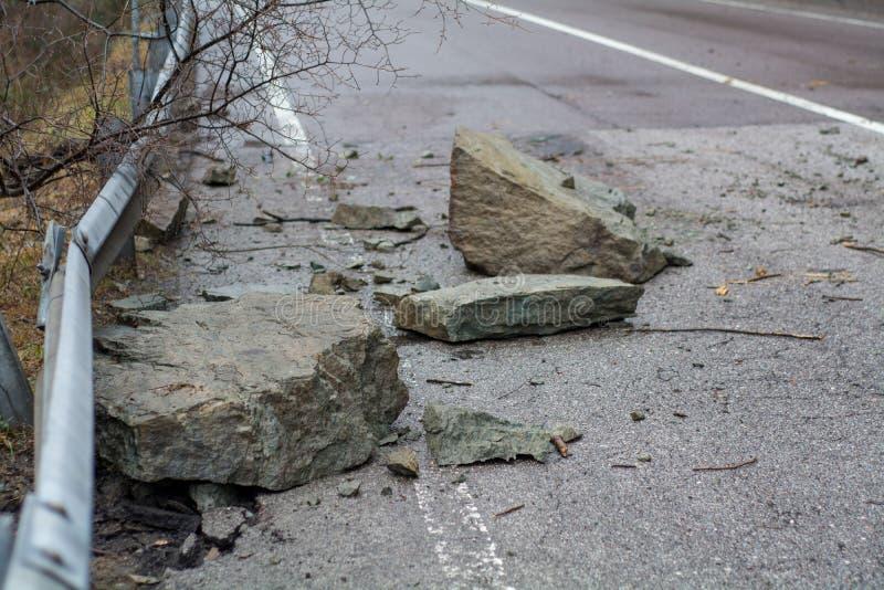 Zamyka w górę skał ten spadek na drodze obrazy stock