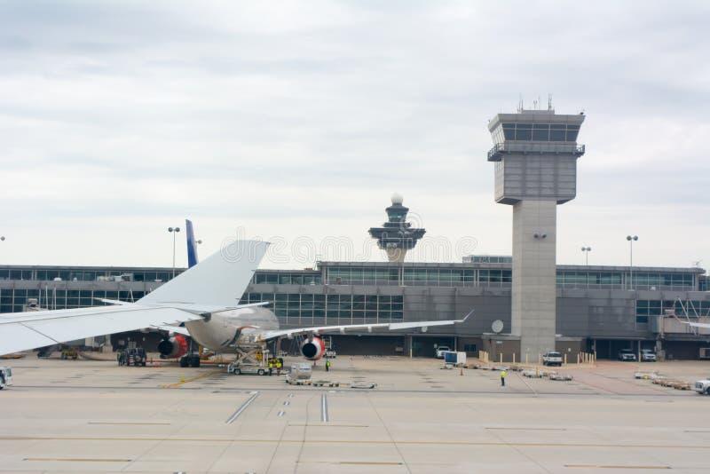 Zamyka w górę skrzydła samolot na samolocie czekać na utrzymanie przy Lotniskowym tłem obraz stock