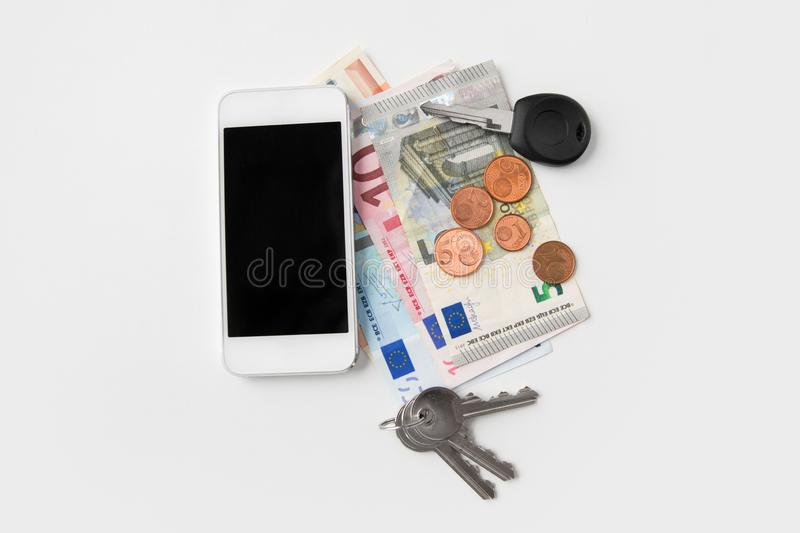 Zamyka w górę smartphone, euro pieniądze i kluczy, obraz stock