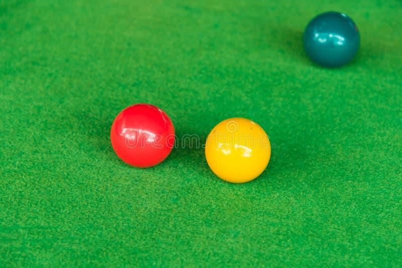 Zamyka w górę snooker piłki na zielonym snookeru stole zdjęcia royalty free