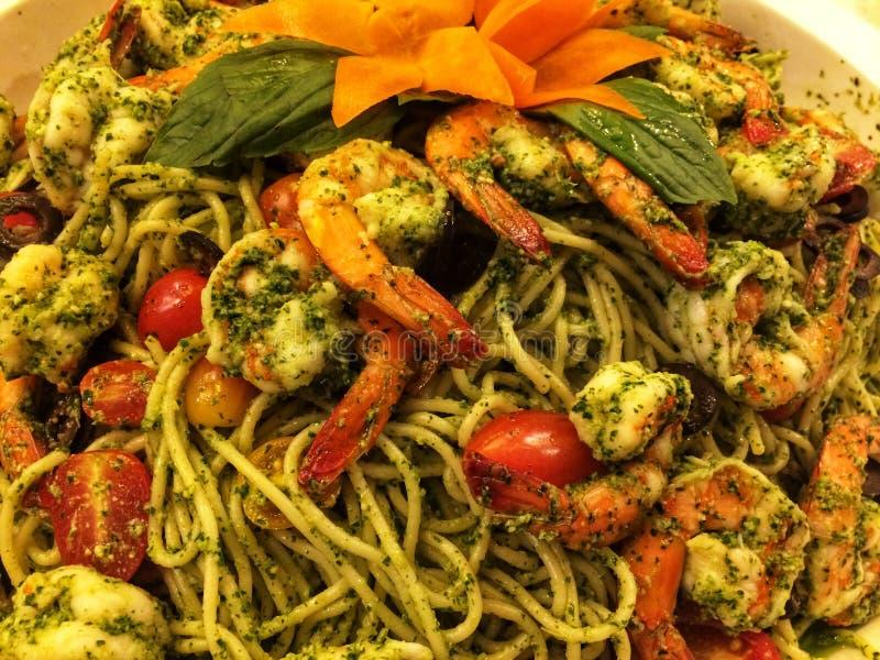 Zamyka w górę spaghetti z korzenną krewetką, chlebem i krewetką smażącymi, karmowy doręczeniowy pojęcie obraz stock