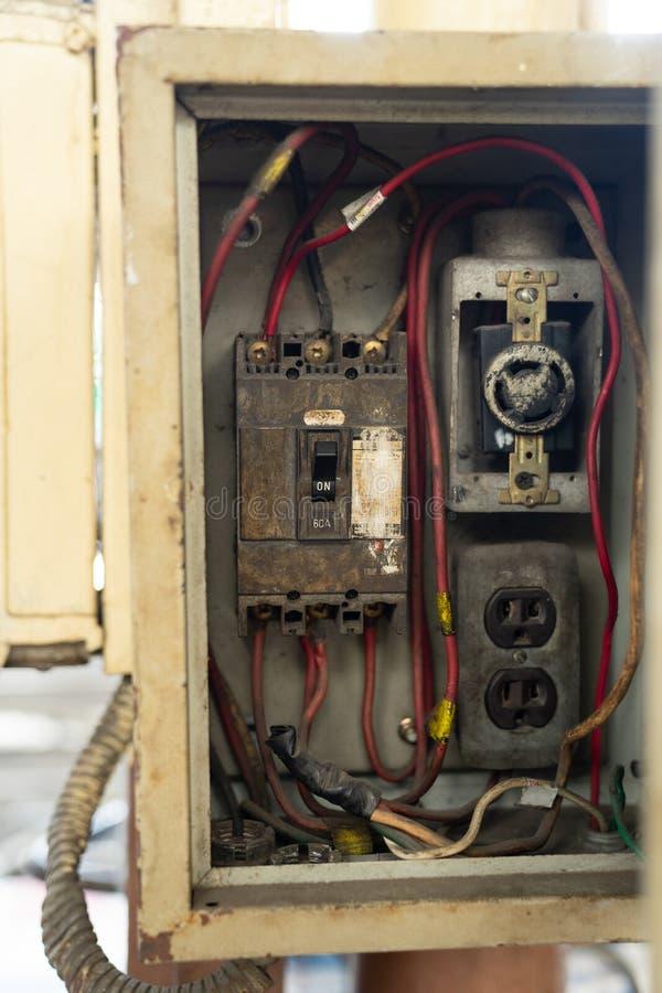 Zamyka w górę starej i brudnej łamacz zmiany w elektrycznym pudełku, obwód fotografia royalty free