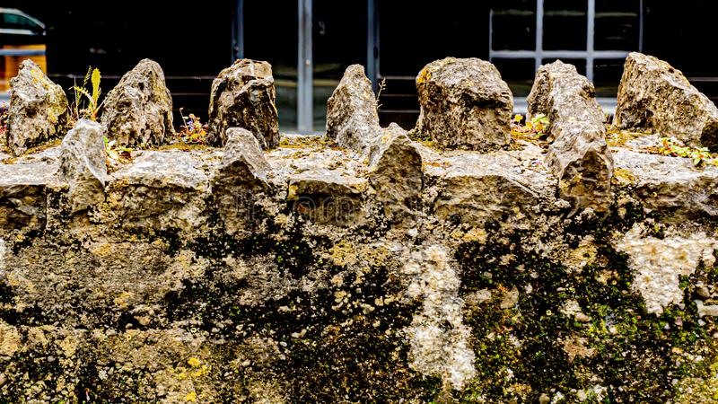 Zamyka w górę starej kamiennej ściany od kościół obraz stock