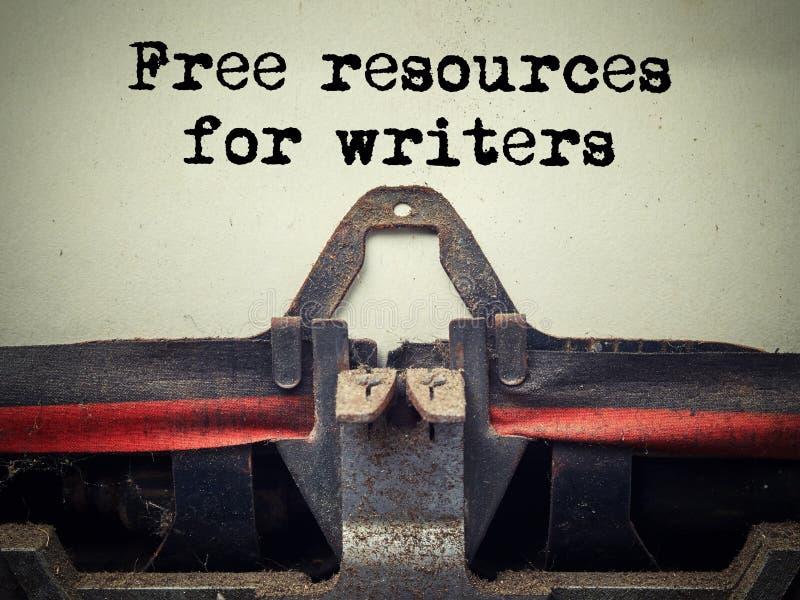 Zamyka w górę starej maszyny do pisania zakrywającej z pyłem z bezpłatnymi zasobami dla pisarza teksta zdjęcie stock