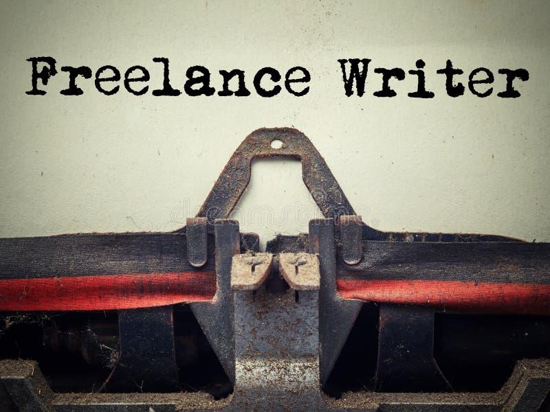 Zamyka w górę starej maszyny do pisania zakrywającej z pyłem z freelance writertext fotografia royalty free