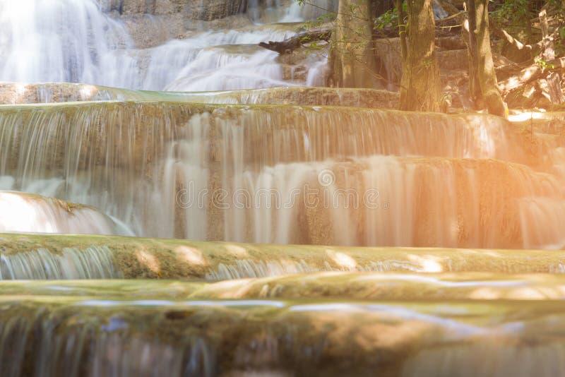 Zamyka w górę strumień siklawy w tropikalnym głębokim lesie obraz royalty free