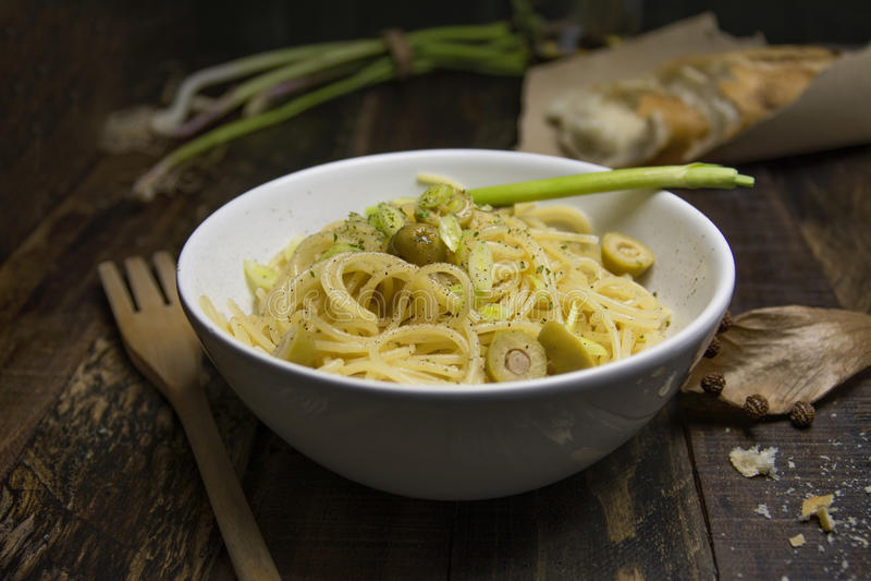 Zamyka w górę strzału biały puchar wypełniający z spaghetti ol i makaronem obrazy stock